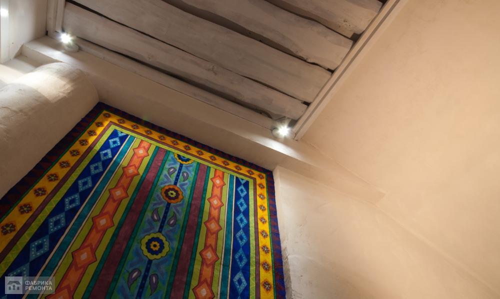 Художественное панно на стене имитирует роскошный ковёр