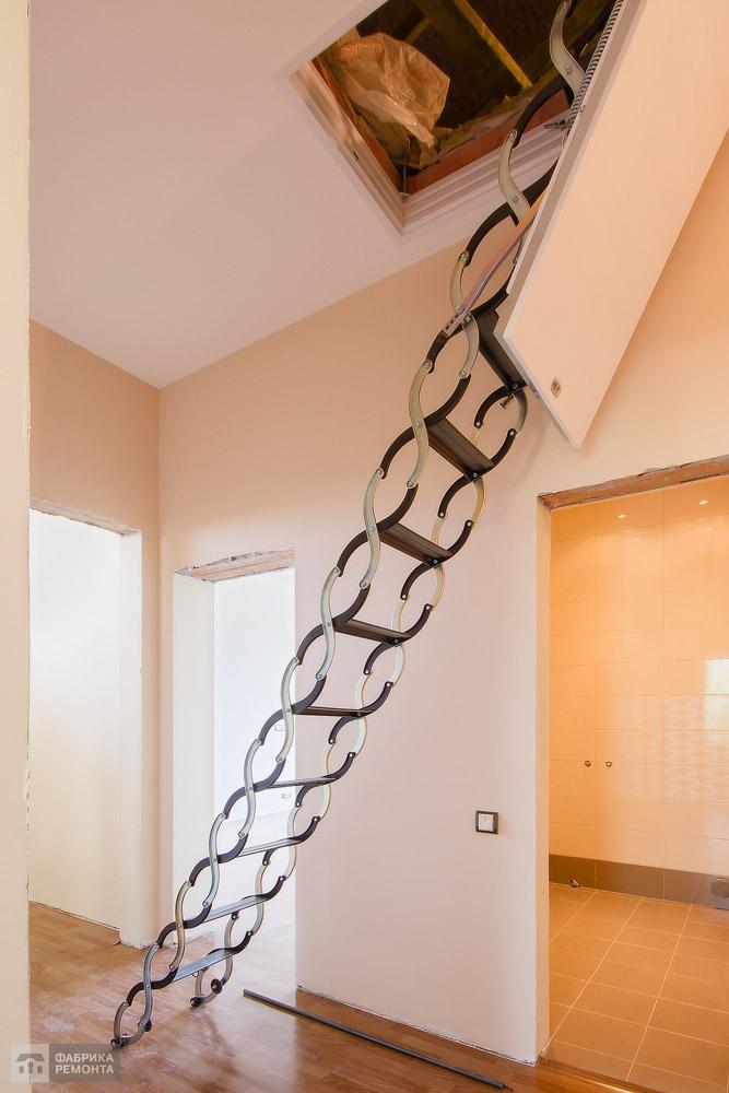 Холл. Лестница на чердак