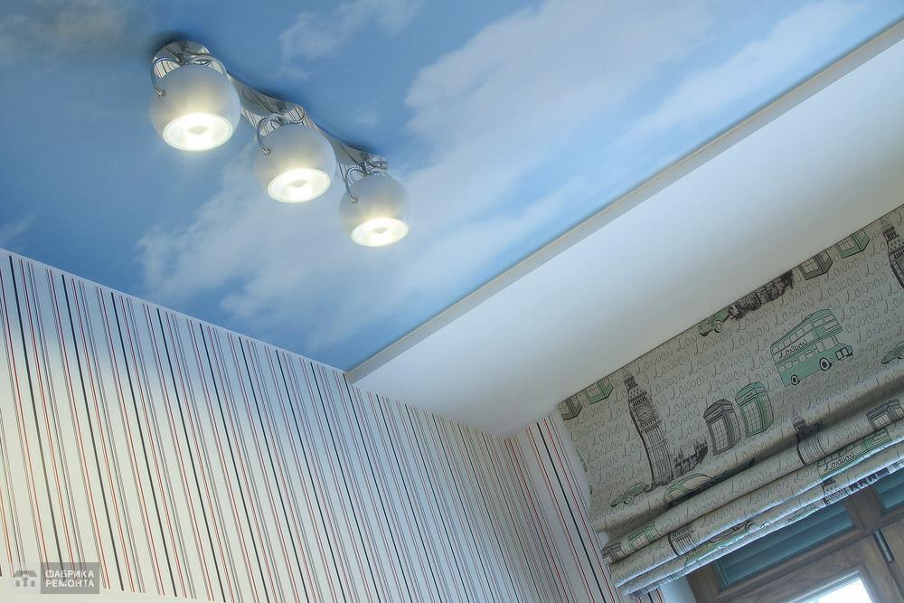 Натяжной потолок в детской с принтом