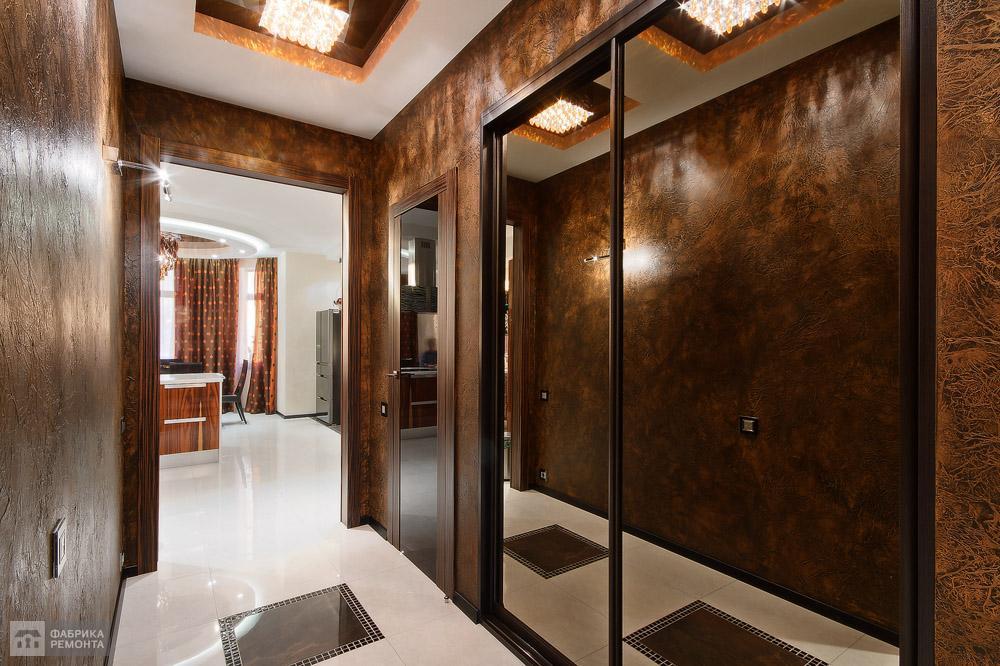 Декоративная штукатурка в холле имитирует натуральную кожу